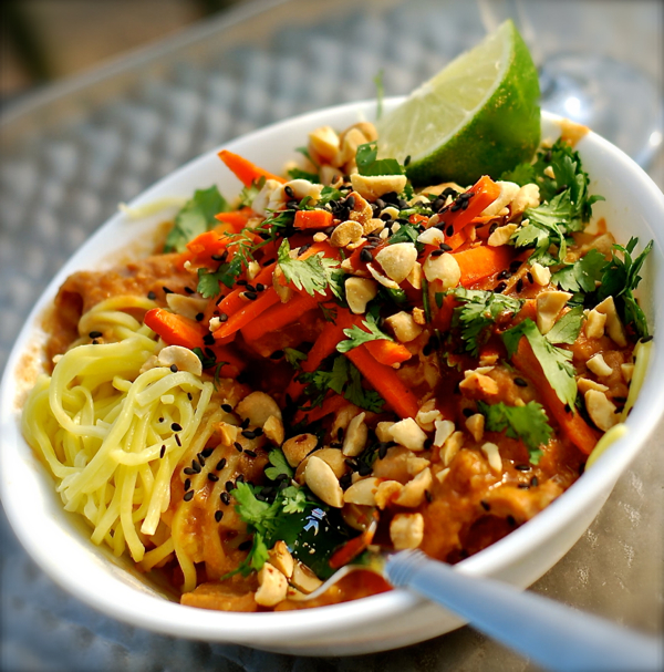 thai peanut chicken noodle bowl {crock pot recipe} | ChinDeep